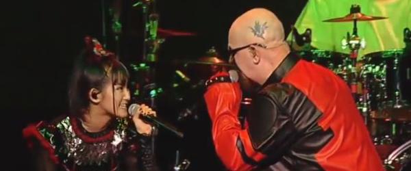 Rob Halford y Babymetal actúan juntos en los AP Music Awards